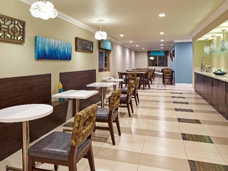 Eden Roc Inn & Suites Bar