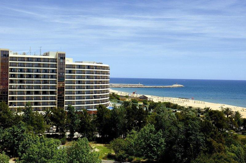Ligging: het attractieve hotel behorende tot de statige middenklasse ligt direct aan het strand in het ...